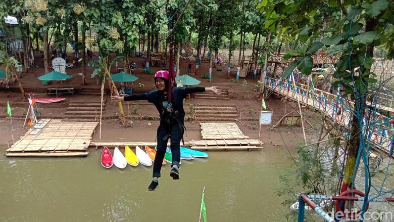 Keseruan mencoba flying fox di wisata Desa Tanjungrejo Kecamatan Jekulo, Kudus, Jawa Tengah, Sabtu (28/11/2020).