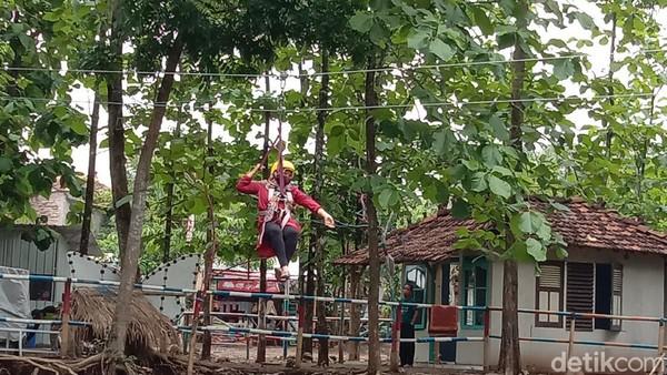 Salah satu pengunjung, Valencia (19) mengaku penasaran dengan permainan flying fox. Dirinya pun akhirnya mencoba permainan tersebut. Setelah mencobanya, kata dia merasa deg-degan karena harus melintasi sungai. (Dian Utoro Aji/detikTravel)
