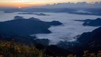 Indahnya matahari terbit di atas kabut yang menutupi desa-desa menjadi daya tarik para wisatawan yang datang.