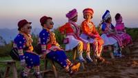 Tak hanya itu, biasanya wisatawan domestik yang datang akan mengenakan pakaian tradisional saat menunggu matahari terbit.