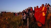 Wisatawan berkumpul di puncak tebing gunung Phu Chi Fa saat matahari terbit di Chiang Rai, Thailand, Jumat (27/11/2020) waktu setempat.