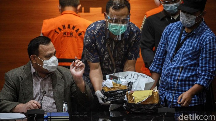 KPK menunjukan barang bukti kasus suap Wali Kota Cimahi Ajay Muhammad Priatna. Uang yang disita dari OTT Wali Kota Cimahi itu senilai Rp 425 juta.