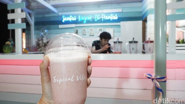 Bar dengan perpaduan warna biru dan pink menyambut kita saat tiba di kafe Tropical Vibes.
