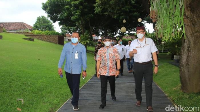 Kepala Badan Pengatur Jalan Tol (BPJT) Kementerian PUPR Danang Parikesit bertemu bupati anas