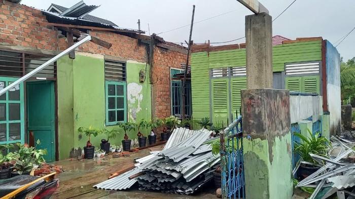 Kondisi rumah rusak diterjang angin puting beliung di Kota Bengkulu.