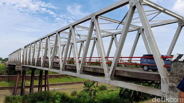 Lantai Jembatan Poncol di Brebes ambrol