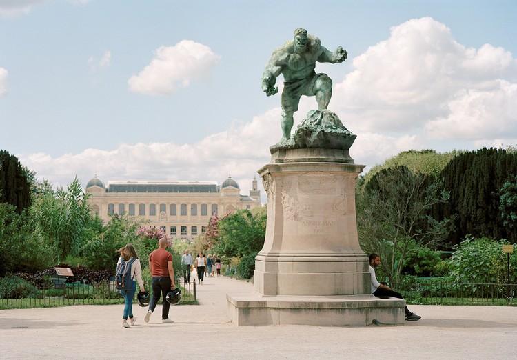 Patung di Paris diubah jadi karakter populer
