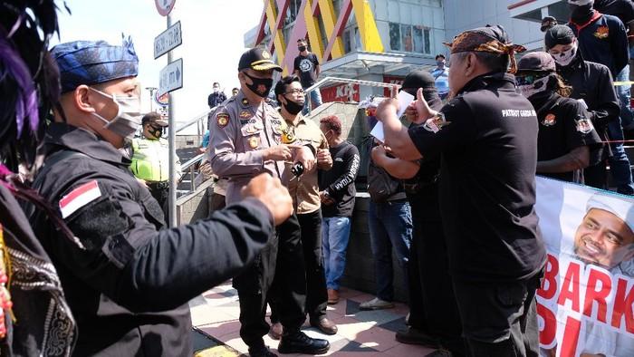 Personel polisi meminta massa membubarkan diri saat aksi damai Menjaga Persatuan dan Kesatuan Bangsa di Mertoyudan, Magelang, Jateng, Sabtu (23/11/2020). Jajaran Polres Magelang terpaksa membubarkan aksi damai oleh ratusan warga tersebut karena menimbulkan kerumunan massa yang berpotensi menyebarkan COVID-19. ANTARA FOTO/Anis Efizudin/hp.