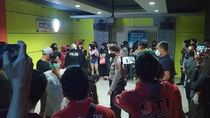 Polisi merazia tiga tempat hiburan malam di Cianjur yang masih buka di saat pandemi COVID-19