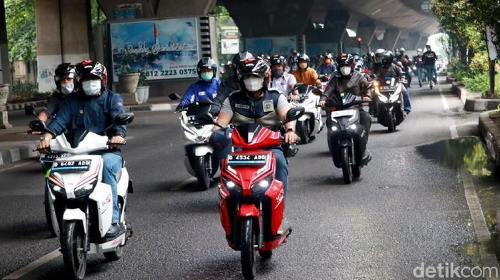 Pemerintah Provinsi (Pemprov) Jawa Barat melakukan test drive sepeda motor listrik. Test drive ini dilakukan dari Kawasan Gedung Sate ke Sukajadi, Kota Bandung.