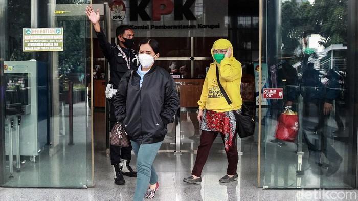 8 Orang dilepaskan oleh KPK karena tidak terlibat kasus suap Wali Kota Cimahi Ajay Muhammad Priatna. Begini reaksi mereka saat meninggalkan Gedung Merah Putih KPK.