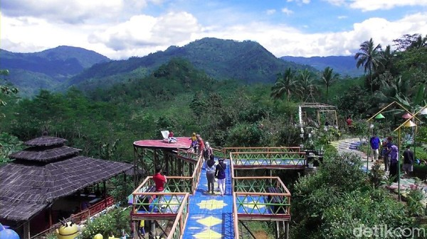 Udara segar khas daerah pegunungan langsung terasa saat pertama menginjakkan kaki di obyek wisata yang berada di Desa Sipedang Kecamatan Banjarmangu, Banjarnegara ini.