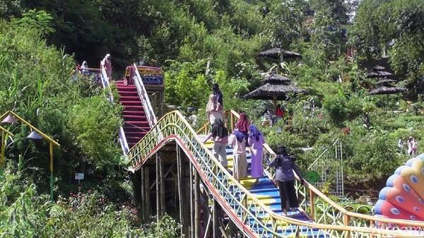 Seperti menara, jembatan yang membentang melintasi taman hingga beberapa spot swafoto.