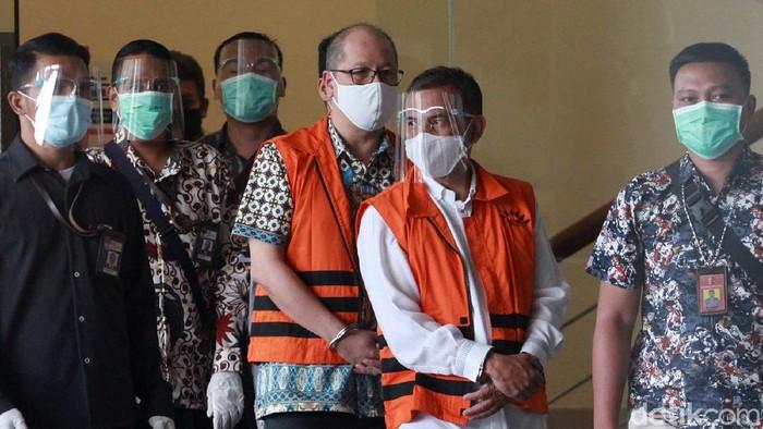 KPK menetapkan Wali Kota Cimahi Ajay Muhammad Priatna sebagai tersangka kasus suap perizinan pengembangan rumah sakit. Ajay tampak diborgol saat jumpa pers.