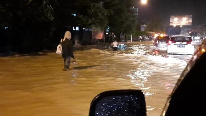 Banjir Tebing Tinggi bikin macet di tol