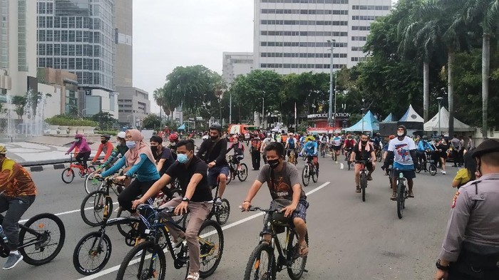 Bundaran HI ramai dipadati warga yang berolahraga pagi ini, Minggu (29/11).