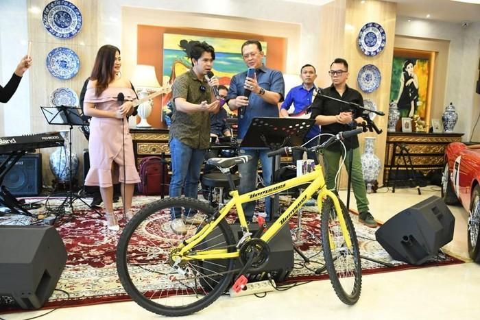 Ketua MPR Bambang Soesatyo mengajak penyanyi Cakra Khan untuk melakukan pengundian berupa dua buah sepeda kuning Bamsoet, dua buah smartphone dan dua hoodie.