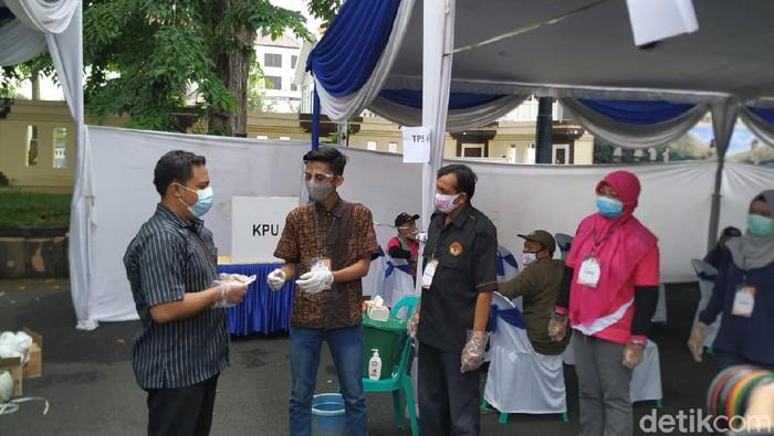 KPU Surabaya menggelar simulasi pemungutan suara dengan protokol kesehatan di tengah pandemi COVID-19. Simulasi yang digelar di Mapolrestabes Surabaya ini berlangsung setengah hari.