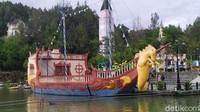 Tak hanya gondola, ada juga berbagai wahana yang menyusuri danau seperti perahu naga, sepeda air, perahu karet dan lain sebagainya. (Ismet Selamet/detikcom)