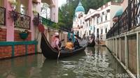 Tak perlu jauh-jauh ke Italia, Little Venice memberikan pengalaman naik gondola menyusuri sungai di antara bangunan yang megah. (Ismet Selamet/detikcom)