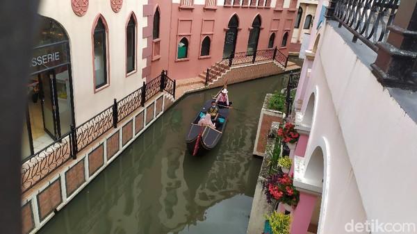 Little Venice Cianjur menawarkan sensasi berlibur di Italia. Traveler bisa naik gondola bak di Venesia. (Ismet Selamet/detikcom)