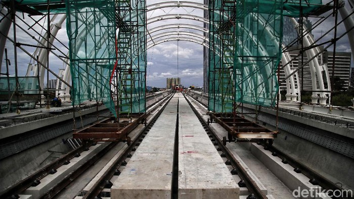 Petugas mengecek fasilitas pembangunan prasarana kereta api ringan/ light rail transit terintegrasi jembatan bentang panjang Dukuh Atas LRT Jabodetabek, Minggu (29/11).  November ini  progres pembangunan Light Rapid Transit (LRT) Jabodebek hampir 80 persen. Saat ini proyek tersebut sedang dalam tahap pemasangan atap sandwich panel.