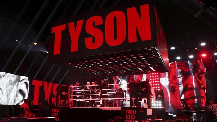 Mike Tyson akhirnya naik ring juga menghadapi Roy Jones Jr. Duel eksebisi tersebut berakhir tanpa pemenang alias draw. Duel Tyson vs Jones dihelat di Staples Center, Los Angeles, Minggu (29/11/2020) siang WIB selama delapan ronde.