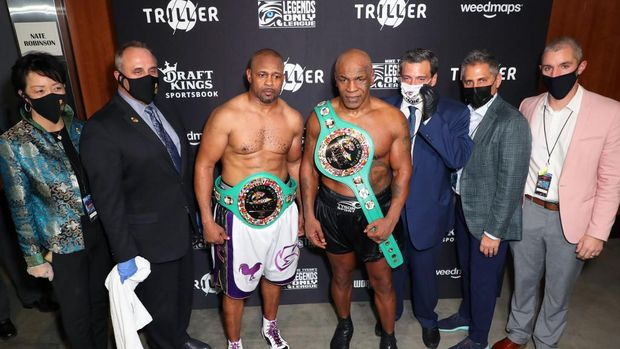 LOS ANGELES, CALIFORNIA - NOVEMBER 28: Roy Jones Jr. (3L) and Mike Tyson (C) celebrate their split draw during Mike Tyson vs Roy Jones Jr. presented by Triller at Staples Center on November 28, 2020 in Los Angeles, California.   Joe Scarnici/Getty Images for Triller/AFP