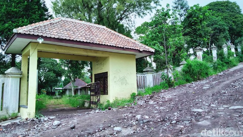 Objek Wisata Alam Deles Indah di kawasan Gunung Merapi, Kecamatan Kemalang, Klaten sempat menjadi primadona di tahun 1990 an. Namun kini objek wisata itu terbengkalai, jalannya rusak, bangunannya mangkrak bahkan kawasannya ditumbuhi semak hutan.