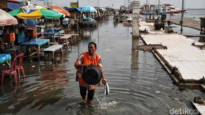 Pelabuhan Kali Adem, Muara Angke, Jakarta Utara, kembali terendam banjir, Minggu (29/11/2020). Banjir terjadi akibat air rob atau pasang air laut.