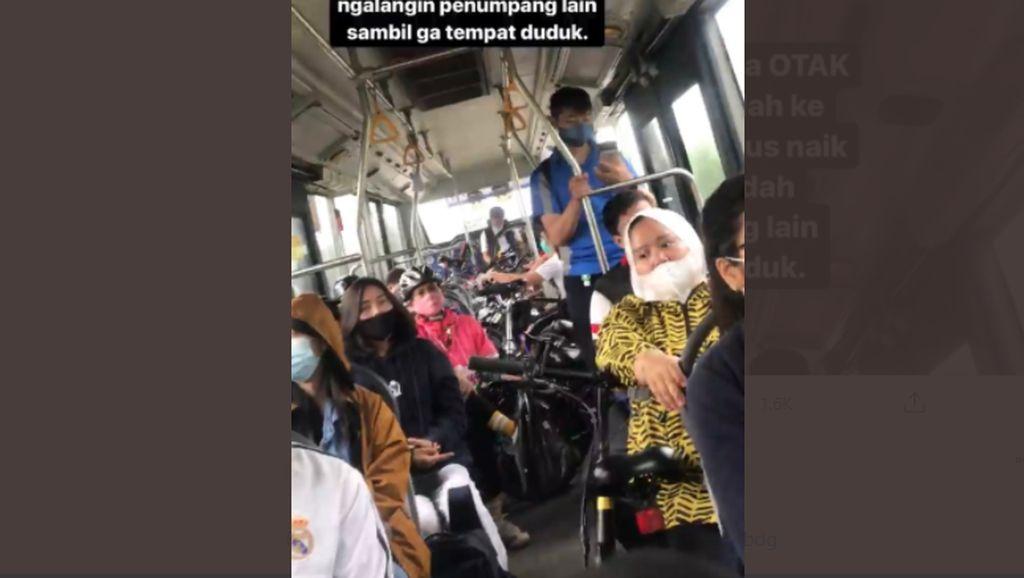Penjelasan DAMRI Bandung soal Penumpang Bus Berdiri Gegara Banyak Pesepeda