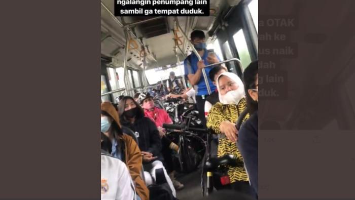 Pesepeda masuk bus umum