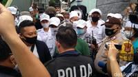 Polisi Datang, Laskar FPI Jaga Ketat Rumah Habib Rizieq di Petamburan