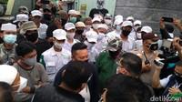 Panas FPI Vs Polisi di Petamburan Saat HRS Dapat Surat Panggilan