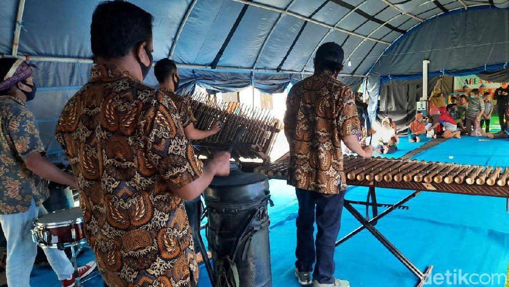 Seniman Angklung Hibur Pengungsi Gunung Merapi