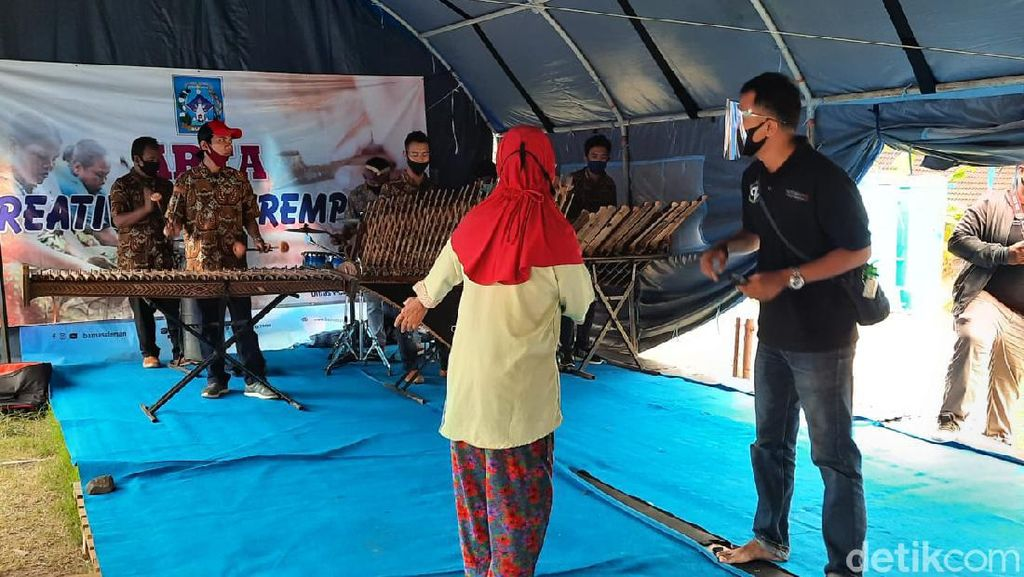 Saat Seniman Angklung Malioboro Hibur Pengungsi Gunung Merapi