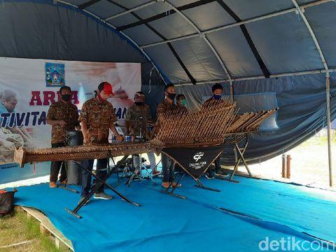Seniman angklung jalanan Malioboro menghibur pengungsi Gunung Merapi di Sleman, Minggu (29/11/2020).