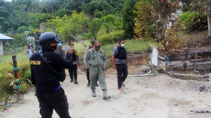 Selain membunuh satu keluarga di Sigi, kelompok Mujahidin Indonesia Timur (MIT) pimpinan Ali Kalora juga melakukan pembakaran rumah. Begini kondisi rumah yang dibakar kelompok MIT.