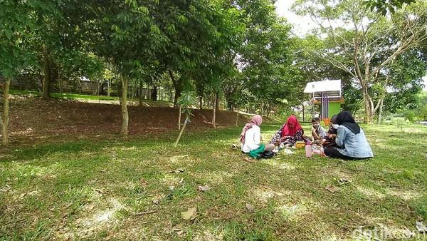 Mereka yang datang biasanya rombongan keluarga untuk bersantai sambil menikmati bekal makanan bekal dari rumah (Dadang Hermansyah/detikTravel)