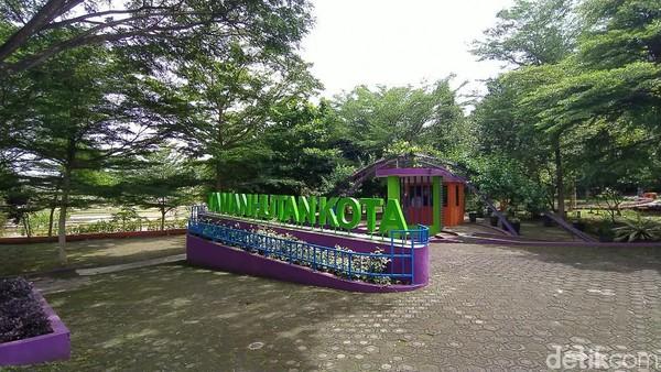 Taman Hutan Kota Cigembor Kabupaten Ciamis, Jawa Barat, kini mendadak jadi tempat wisata alternatif favorit sejak pandemi COVID-19. Kini tempat yang dulunya sepi, kini banyak dikunjungi warga Ciamis dan sekitarnya (Dadang Hermansyah/detikTravel)