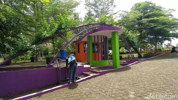 Taman Hutan Kota Ciamis sebetulnya ruang terbuka hijau yang dikelola oleh Dinas Perumahan Rakyat Kawasan Permukiman dan Lingkungan Hidup (DPRKPLH) Ciamis. Berada di pinggir perkotaan Ciamis (Dadang Hermansyah/detikTravel)