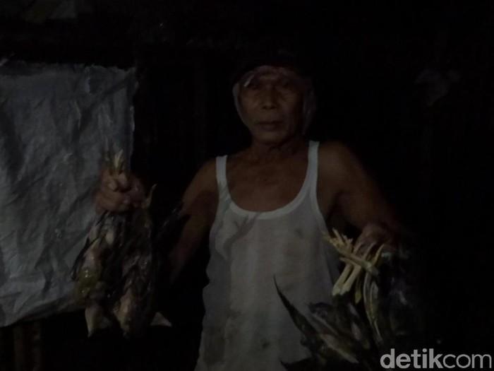 Warga Desa Tireman, Rembang menunjukkan ayamnya yang mati karena banjir, Minggu (29/11/2020).