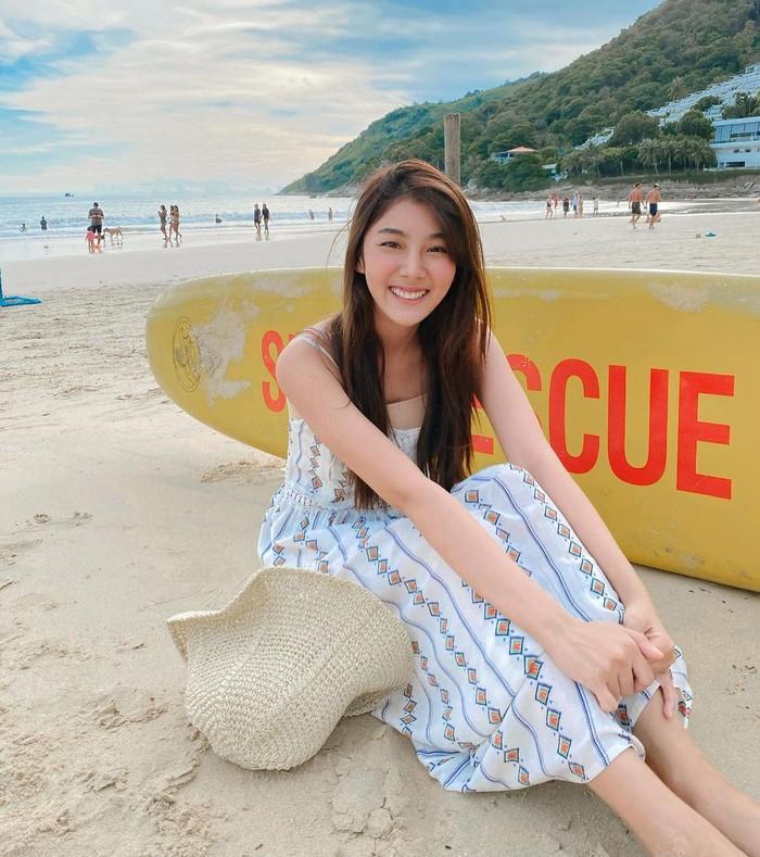 10 Potret Manis Smile Parada, Pemeran Serial Thailand I Told Sunset About You