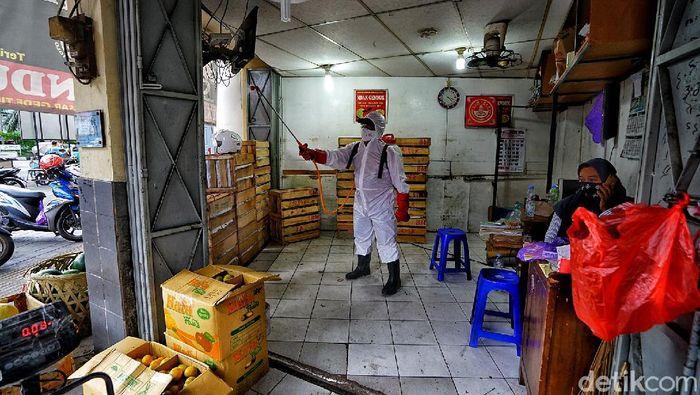 Petugas PMI menyemprotkan disinfektan di area Pasar Gede Solo. Penyemprotan dilakukan usai 8 orang pedagang di pasar itu terkonfirmasi positif COVID-19.