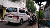 Ambulans RS UMMI Bogor Sambangi Depan Gang Rumah Habib Rizieq