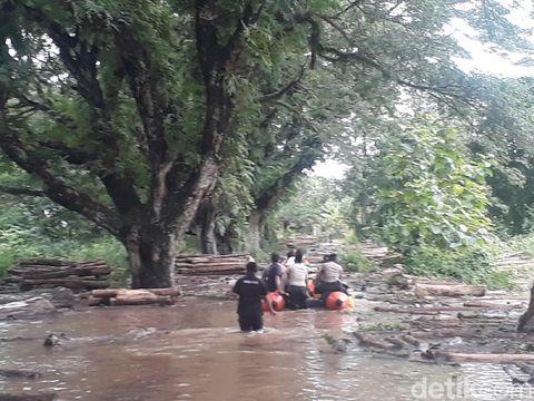 Hingga malam ini, puluhan rumah di Bojonegoro masih dilanda banjir. Genangan air di dalam rumah warga berkisar 40 hingga 100 cm.