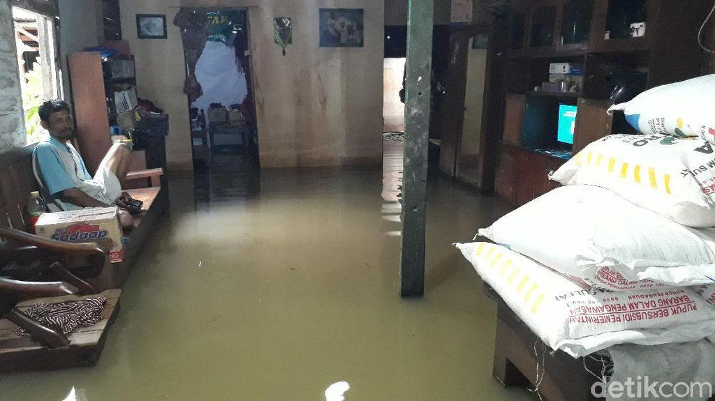 Warga Bojonegoro Masih Dikepung Banjir, Petugas Gabungan Kirim Bantuan