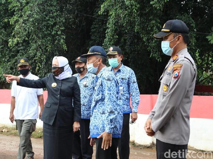 Minggu (29/11), sejumlah desa di Bojonegoro dilanda Banjir. Hari ini Bupati Bojonegoro Anna Muawanah meninjau beberapa lokasi untuk mengambil sejumlah langkah penanganan.