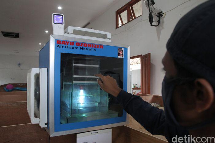 Anggota Tagana menunjukkan alat pembersih udara yang dipasang di Barak Pengungsian Glagaharjo, Sleman, Yogyakarta, Senin (30/11/2020). Alat pembersih udara tersebut berfungsi untuk mencegah persebaran COVID-19 melalui udara diruangan pengungsian.