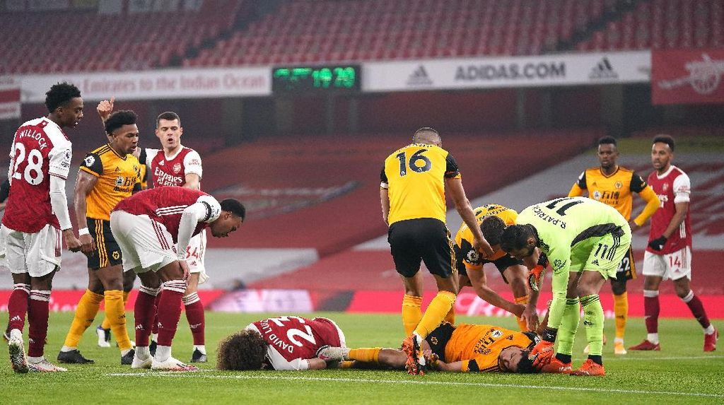 Ouch! David Luiz dan Raul Jimenez Adu Kepala di Udara